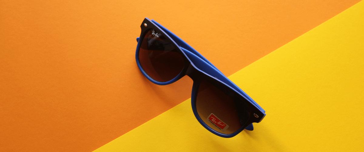 синие очки от солнца фото